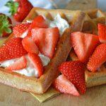 Gezonde ontbijtwafels met vers fruit