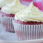 Red velvet cupcakes met cream cheese frosting