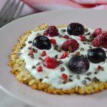 Ontbijtpizza met vers fruit