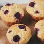 Witte chocolade muffins met framboos