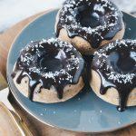 Suikervrije ontbijtdonuts met chocoglazuur
