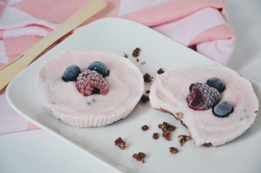 Frozen yoghurt cups met fruit en Coco pops
