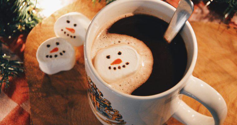 Warme chocolademelk met snowman marshmallows